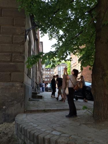 Biskupia Górka - spacer z zegarem wieżowym w tle
