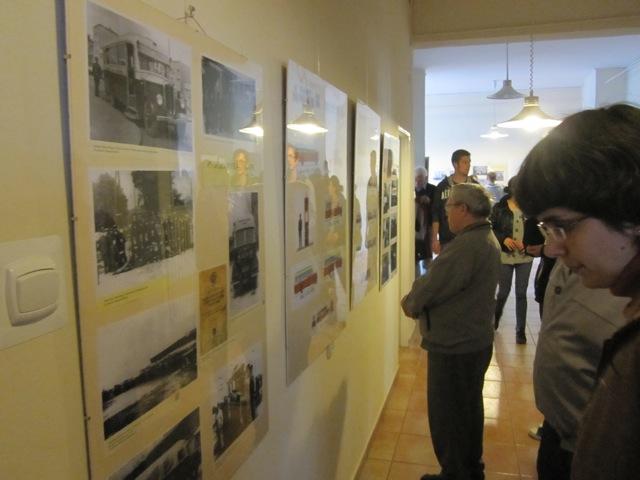 Wystawa zdjęć z w holu biblioteki
