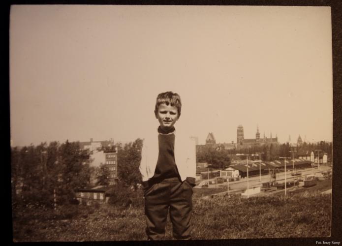 Autor felietonu w wieku lat 6 w tle teren po byłym dworcu