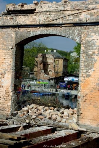 Pozostałości po dawnym dworcu na drugim planie ruiny baszty Pod Zrębem
