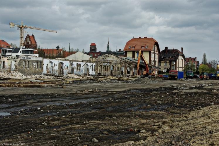 Pozostałości po dawnym dworcu,na drugim planie ruiny baszty Pod Zrębem