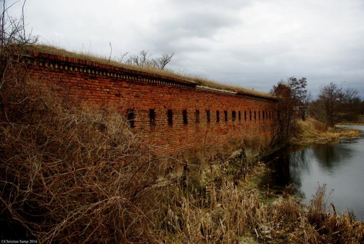 Fragment bramy kolejowej w wykuszami z których można było prowadzić ostrzał obronny lub obserwację