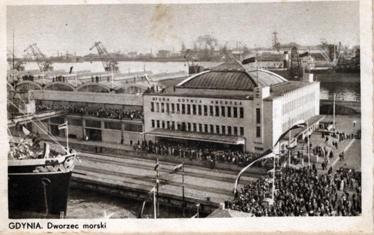 """Powitanie statku MS """"Piłsudski"""" przy Dworcu Morskim, 1935 r., ze zbiorów Muzeum Miasta Gdyni"""