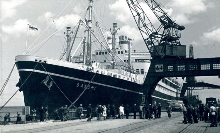 """Statek pasażerski MS """"Batory"""" przy nabrzeżu Francuskim, lata 50. XX w., ze zbiorów Muzeum Miasta Gdyni.jpg"""