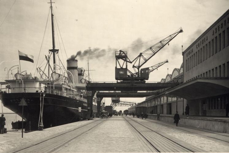 """Statek pasażerski SS """"Pułaski"""" przy nabrzeżu Francuskim, z prawej rampa przy Dworcu Morskim, fot. Henryk Poddębski, 1934 r., ze zbiorów Muzeum Miasta Gdyni"""