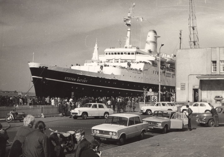 """Statek pasażerski TSS """"Stefan Batory"""" przy Dworcu Morskim, lata 70. XX w., ze zbiorów Muzeum Miasta Gdyni"""