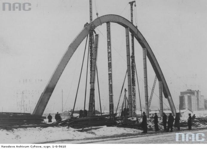 Budowa Hali Targowej w Gdyni, Montaż bramy wejściowej, 1937 r., Źródło Narodowe Archiwum Cyfrowe.jpg