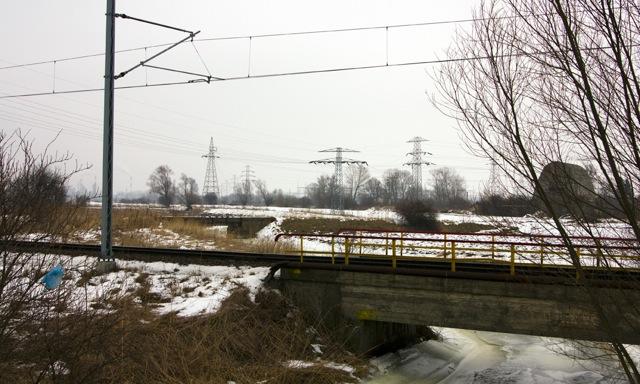Widok na most bocznicy Lotosu, dalej most nieistniejącej bocznicy do podstacji elektrycznej
