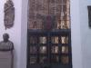 Wejście do kaplicy z krata i herbem Dawida Konarskiego