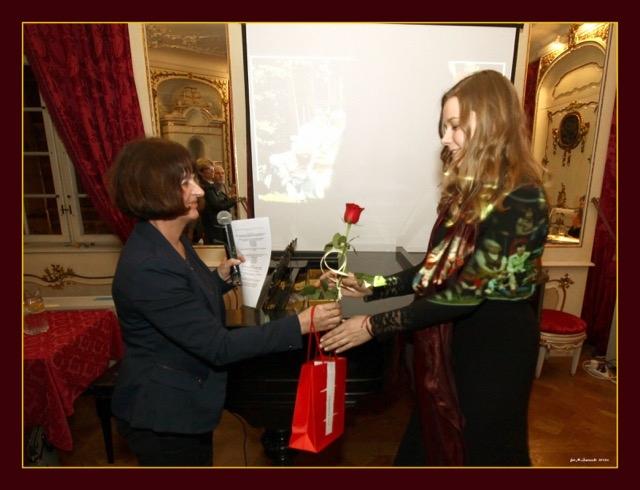 Młodzi artyści dostali kwiaty oraz książki
