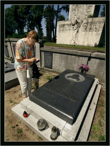 Anna przy grobie księdza Franciszka Sawickiego na cmentarzu w Pelplinie