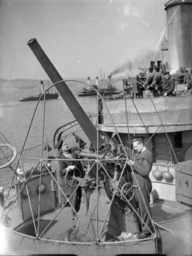 """Armata przeciwlotnicza na """"Błyskawicy"""", na drugim planie stanowisko dział 40 mm Boforsa, 1940 r."""