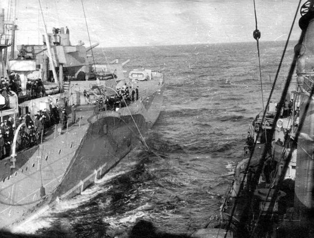 Uzupełnianie paliwa z brytyjskiego krążownika.