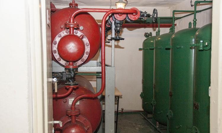 Zbiorniki zapasów wody: zielone dla zimnej, czerwone dla ciepłej