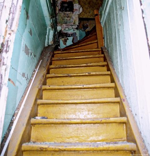 Schody prowadzące na I piętro budynku nr 9