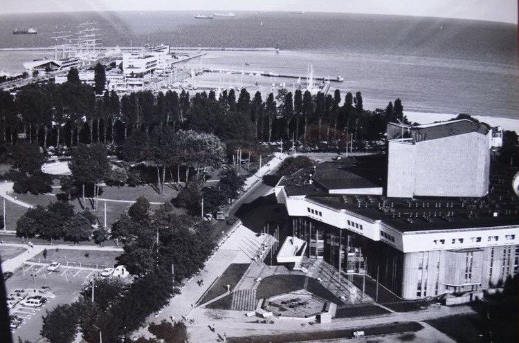 Teatr Muzyczny, Plac Grunwaldzki, 1985 r. Źrodło fotopolska.eu.jpg