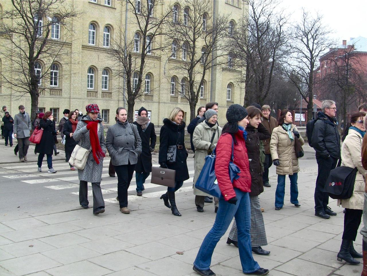 Przed budynkiem Akademi Muzycznej