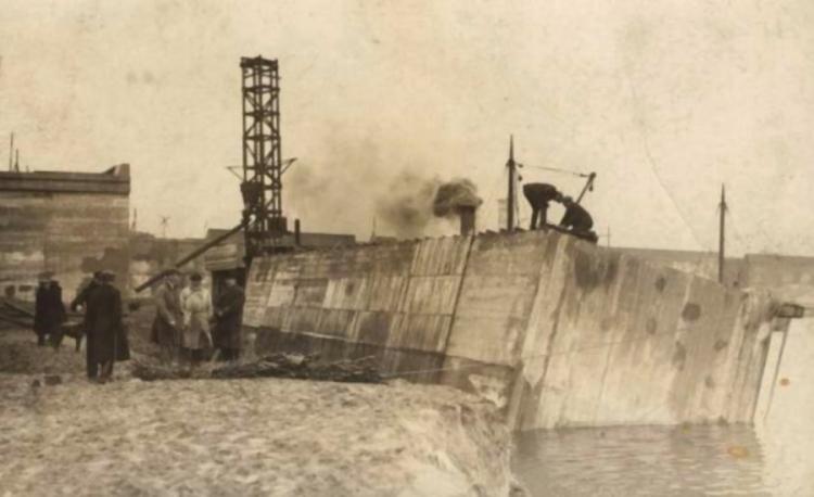 Budowa portu gdyńskiego, wodowanie kesonów żelbetowych, z których budowano port zewnętrzny, 1926 r.