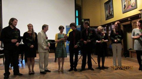 Zakończenie koncertu - podziękowanie młodym artystom