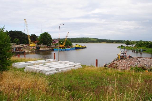 Port w Świbnie z cumującymi jednostkami budującymi kierownice ujścia Wisły –2013 r.