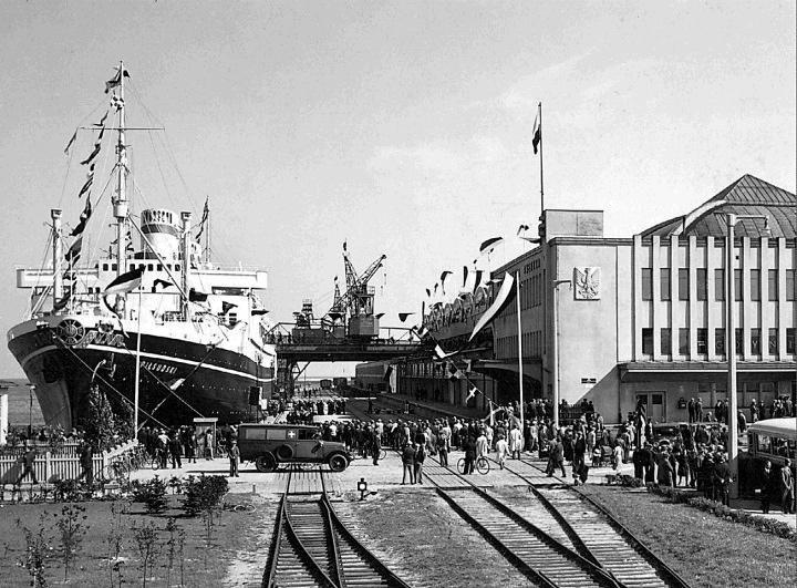 Dworzec morski. Transatlantyk MS Piłsudski