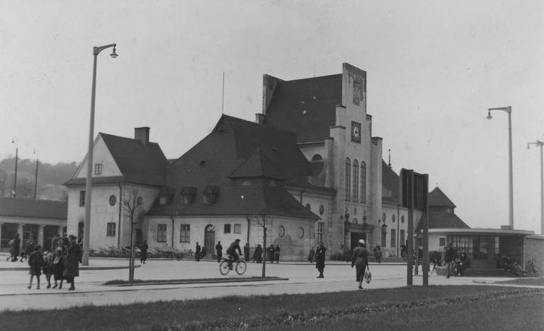 Budynek dworca kolejowego w Gdyni (1937 r.). Źródło Narodowe Archiwum Cyfrowe