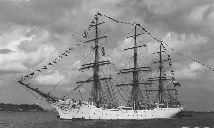 Żaglowiec Dar Pomorza wpływa do portu gdyńskiego, 1935 r. Źródło Narodowe Archiwum Cyfrowe.