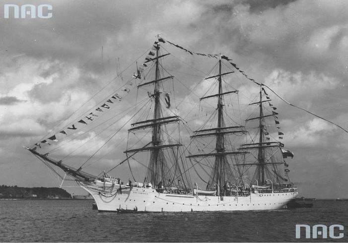 Żaglowiec Dar Pomorza wpływa do portu gdyńskiego, 1935 r. Źródło Narodowe Archiwum Cyfrowe