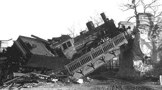 Zniszczony wiadukt Kolei Kaszubskiej nad Kronprinzalee (ul. Wita Stwosza) / Fot. www.zulawy.info