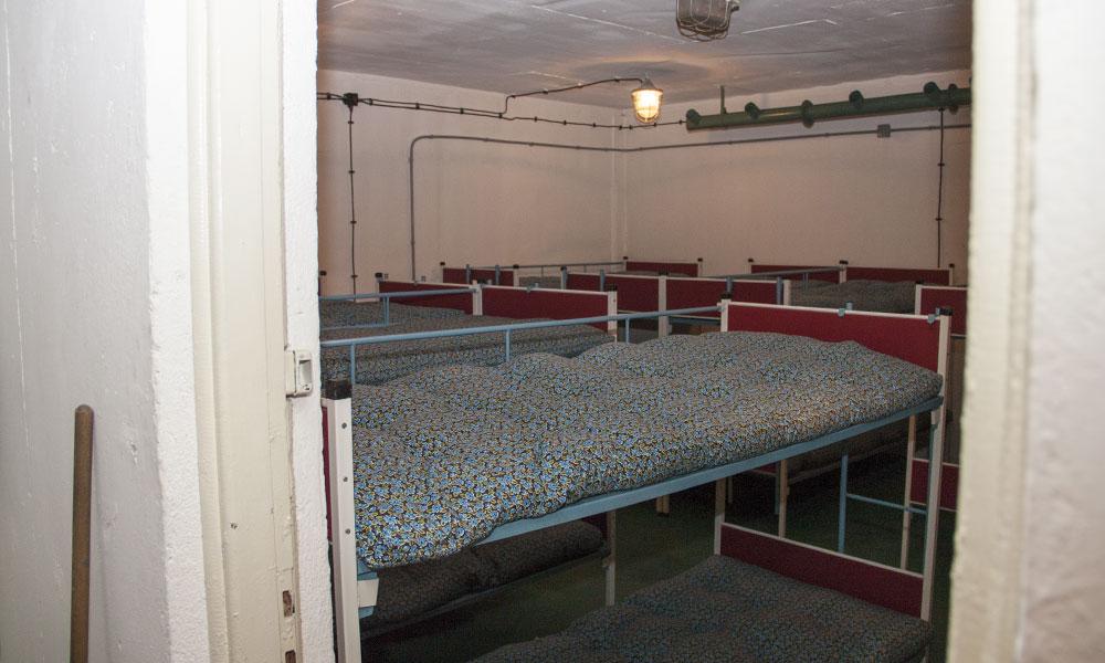 Pomieszczenie sypialne z piętrowymi łóżkami