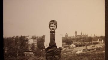 Christian Samp w wieku lat 6 w tle teren po byłym dworcu