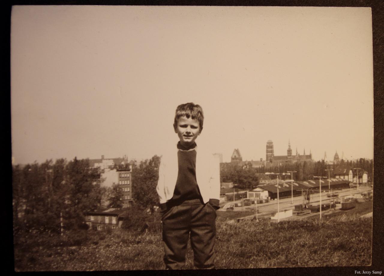 Christian Samp w wieku lat 6. W tle teren po byłym dworcu
