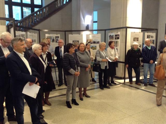 Goście wernisażu wystawy poświęconej prof. Wandzie Szczepule