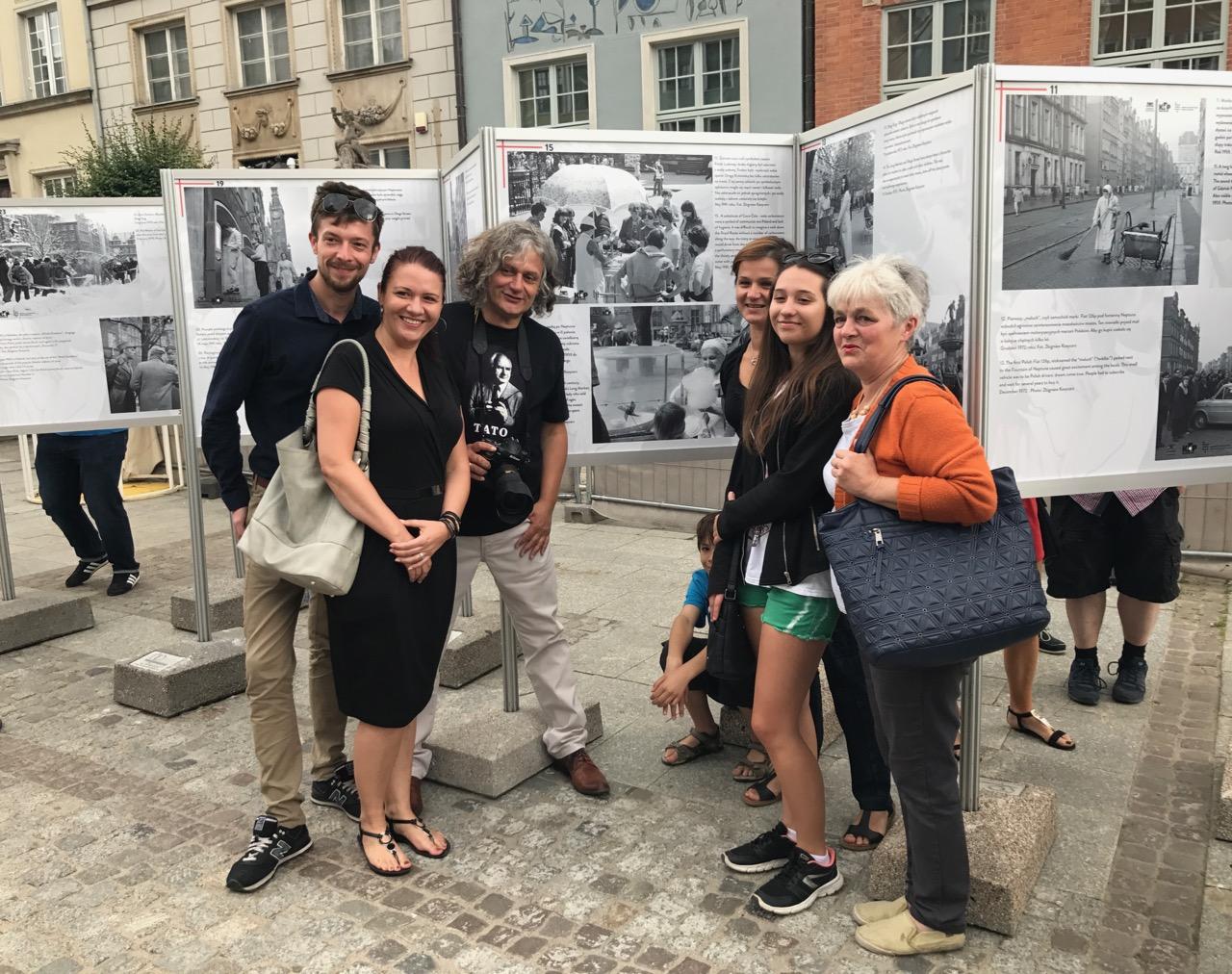 Maciej Kosycarz z rodziną Leonardy Walińskiej, która przez 35 lat sprzedawała na Długim Targu watę cukrową