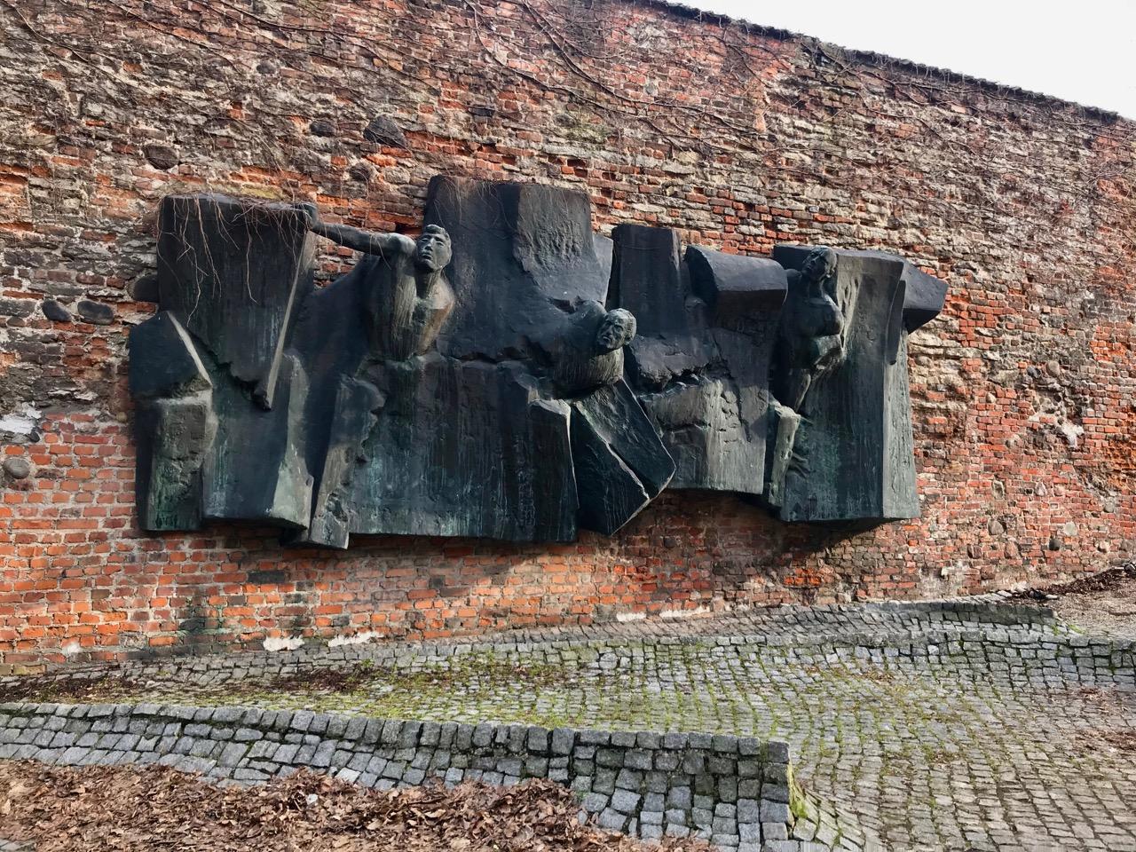 Na dziedzińcu Poczty Polskiej
